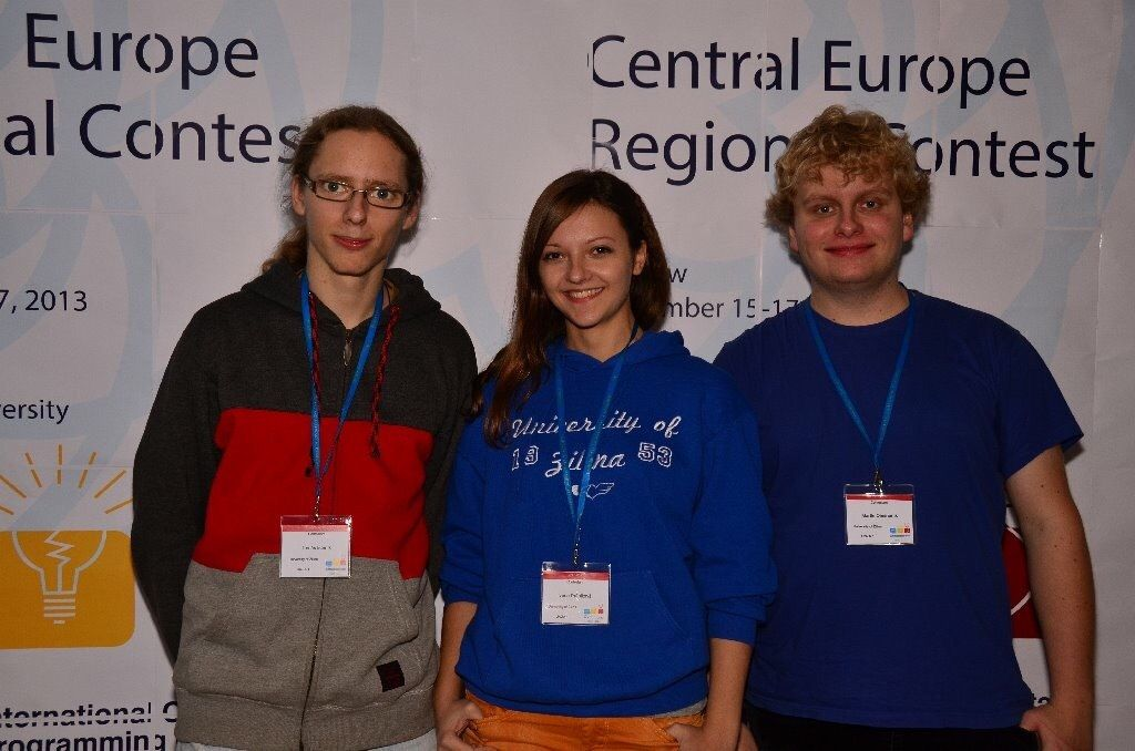 Programátorská súťaž ACM ICPC, Krakov, Poľsko 2013, zľava: Tomáš Isteník, Ivana Lieskovská, Martin Olešnaník